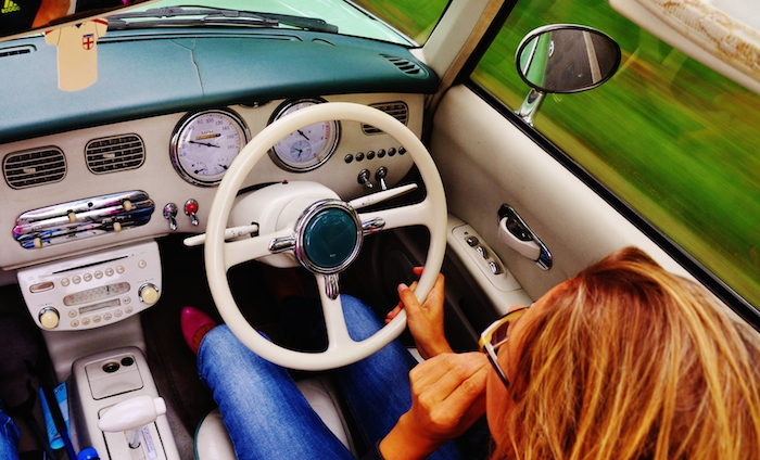 Nissan Figaro_interieur_femmefrontaal