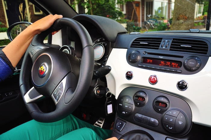 femmefrontaal-abarth500-interieur