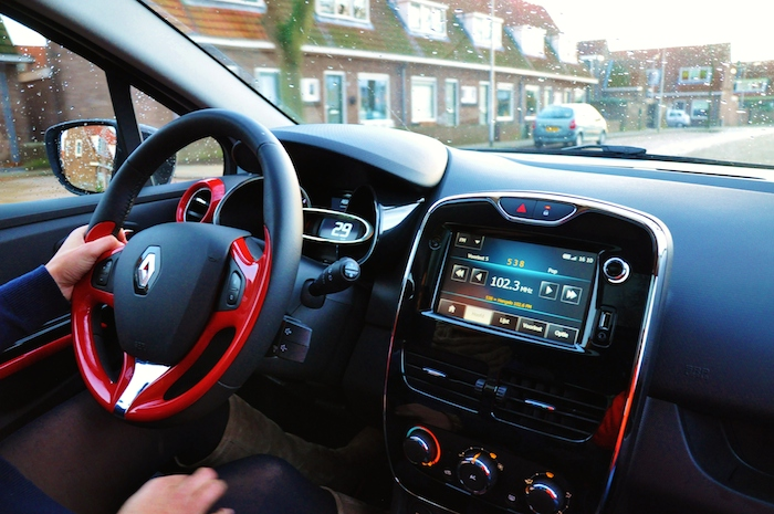Renault Clio_femmefrontaal_rijdend