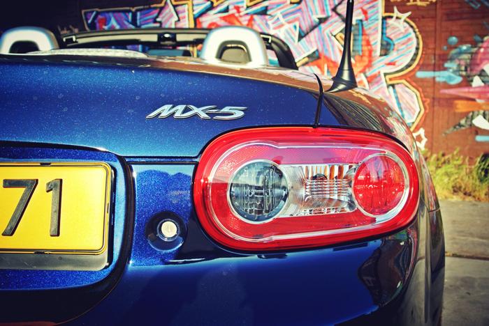MazdaMX5_femmefrontaal_achter