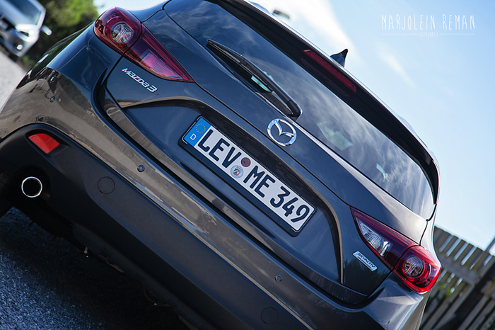 Mazda3_femmefrontaal_achterkantgrijs