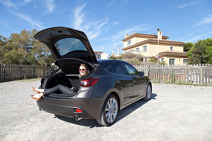 Mazda3_femmefrontaal_kofferbak