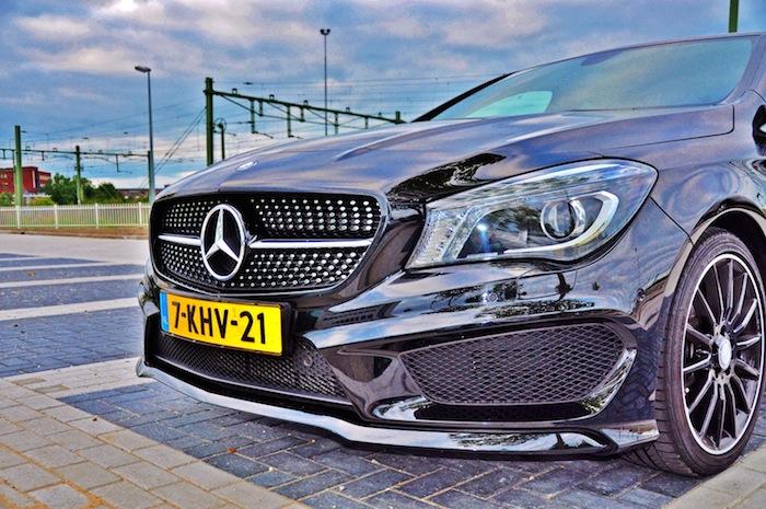 Mercedes-Benz-CLA-femmefrontaal-diamondgrill