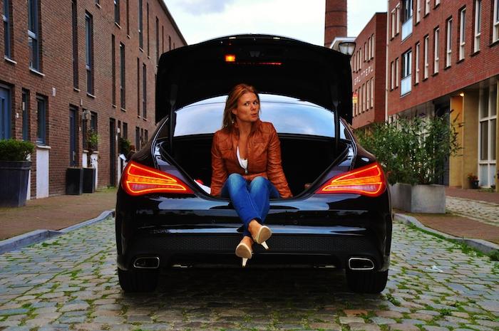 Mercedes-Benz-CLA-femmefrontaal-kofferbak