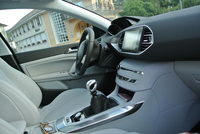 Peugeot308_femmefrontaal_interieur
