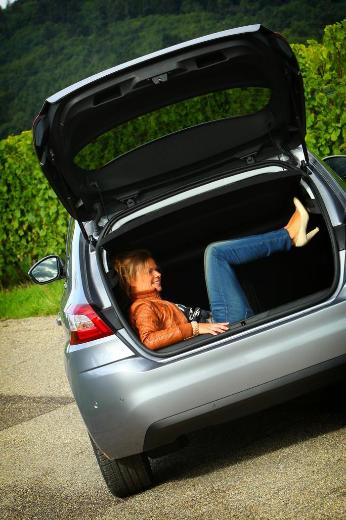 Peugeot308_femmefrontaal_kofferbak