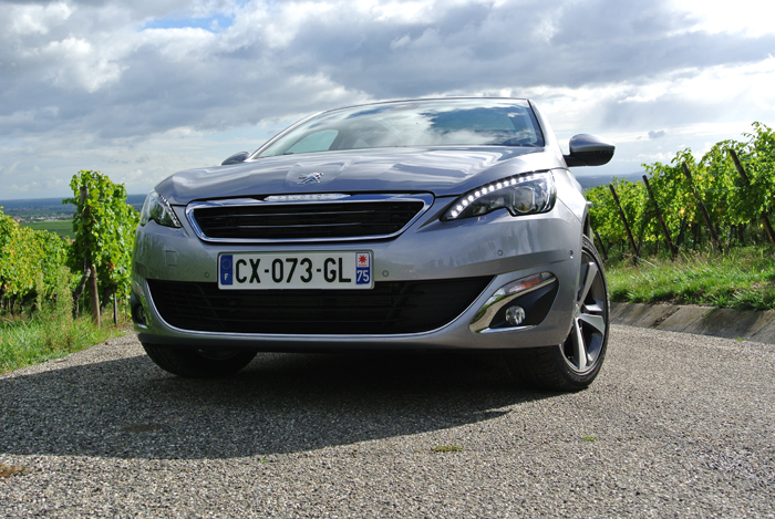 Peugeot308_femmefrontaal_neus