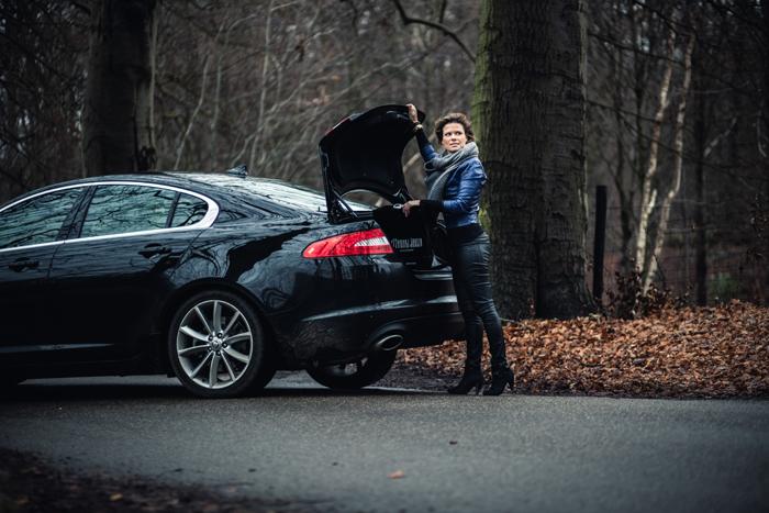 JaguarXF_femmefrontaal_kofferbak