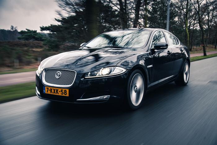 JaguarXF_femmefrontaal_rijden