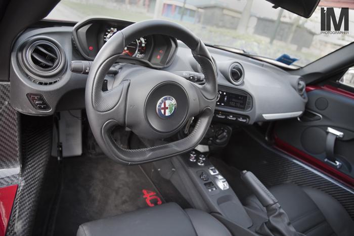 Alfa Romeo 4C_FemmeFrontaal_interieur