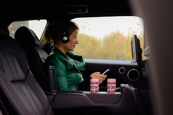 Femme-Frontaal-Range-Rover-Sport-Hybrid_achterin