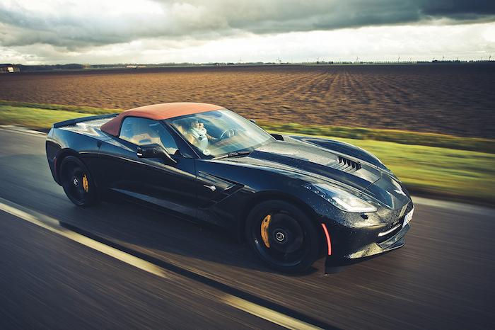Chevrolet Corvette Stingray-rijdend-FemmeFrontaal