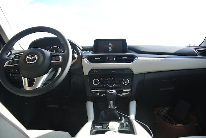 Mazda6-interieur-femmefrontaal