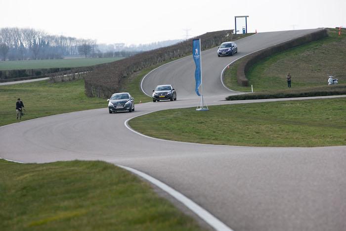 Peugeot GT Experience-308GT-femmefrontaal