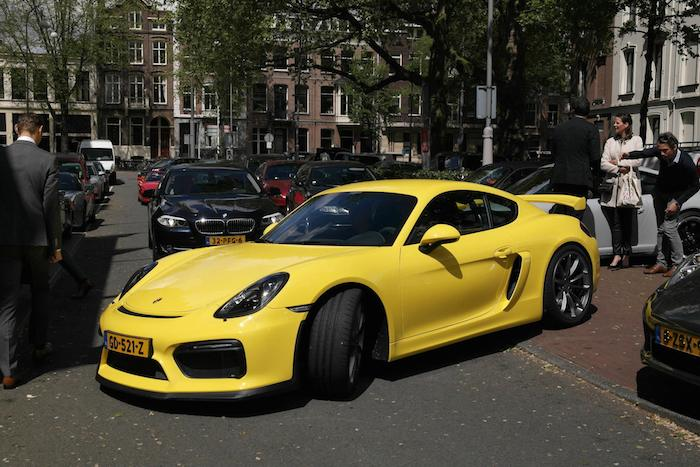 Porsche-gt4-natte-lunch-femmefrontaal