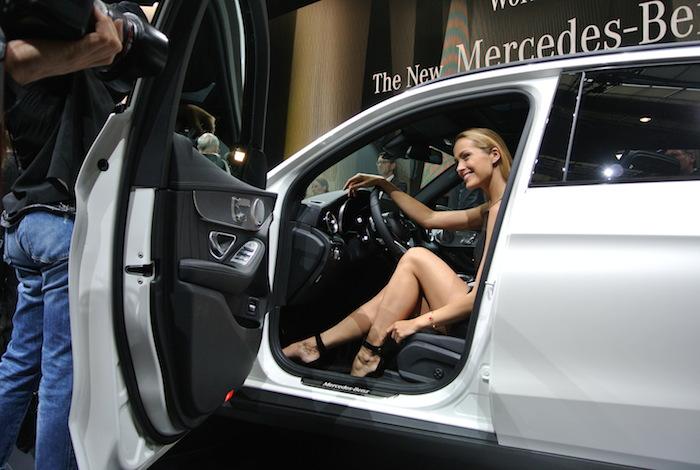 Topmodel Petra Nemcova in de Mercedes=Benz GLC