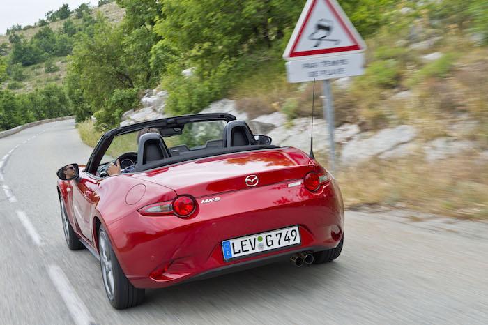 nieuwe-mazda-mx5-rijdend-rood