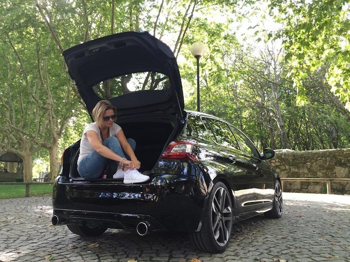 Peugeot-308-gti-sneakers-femmefrontaal