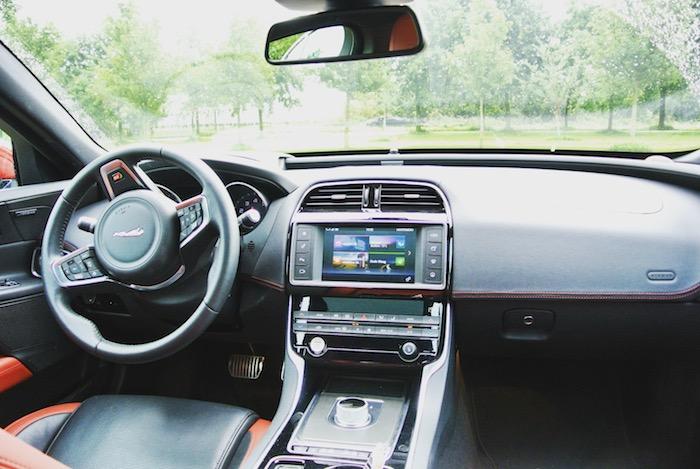 Jaguar-XE-S-FemmeFrontaal-interieur
