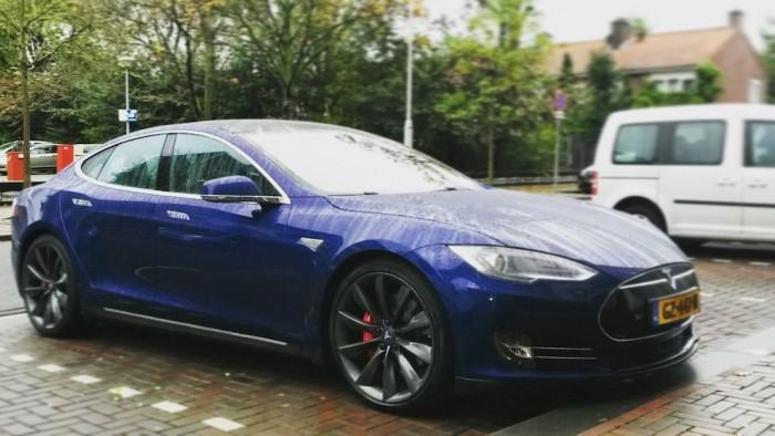 Tesla-Model-S-Autopilot-femmefrontaal