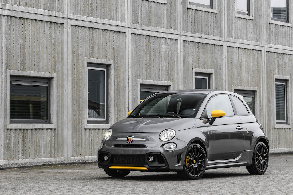 check de abarth 595 pista pocket rocket first class femmefrontaal. Black Bedroom Furniture Sets. Home Design Ideas
