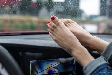 benen op het dashboard