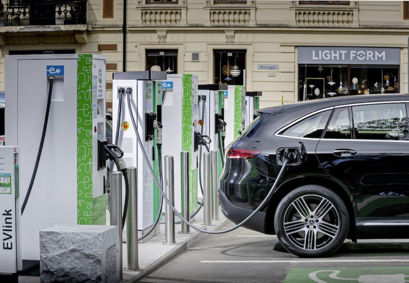 EQC 400 4MATIC; obsidianschwarz metallic; Leder Lugano seidenbeige; (Stromverbrauch kombiniert: 20,8 – 19,7 kWh/100 km; CO2-Emissionen kombiniert: 0 g/km) //  EQC 400 4MATIC; obsidian black metallic; Leather silk beige; (combined electric energy consumption: 20.8 - 19.7 kWh/100 km; combined CO2 emissions: 0 g/km)