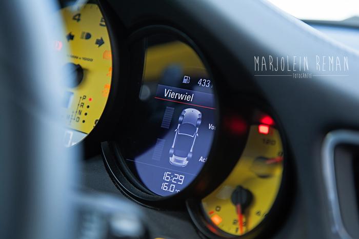 Porsche911_femmefrontaal_klokjes