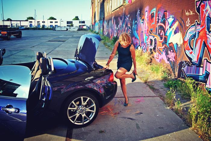 MazdaMX5_femmefrontaal_kofferbak