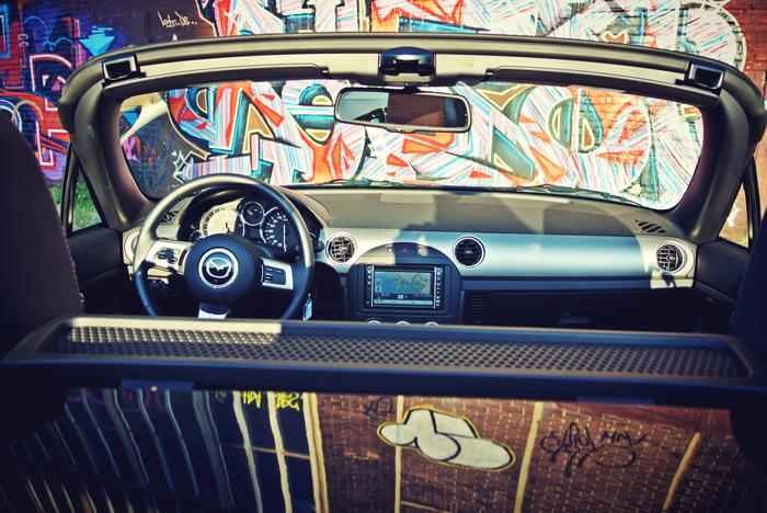 MazdaMX5_femmefrontaal_opendak