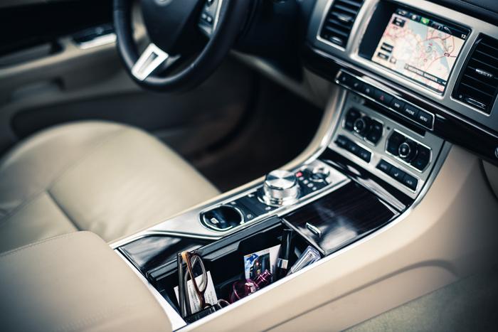 JaguarXF_femmefrontaal_dashboard