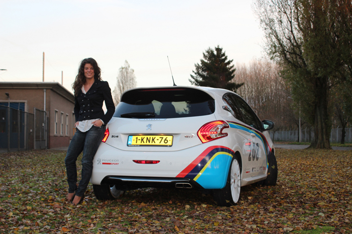 Peugeot208gtiFordFiesta_femmefrontaal_Evelin