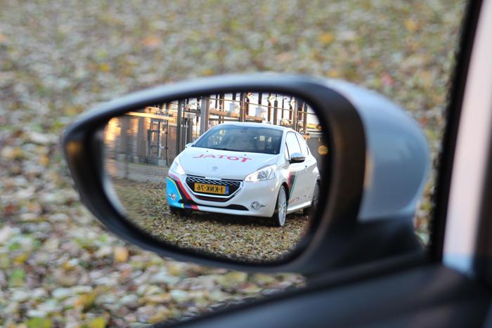 Peugeot208gtiFordFiesta_femmefrontaal_spiegel