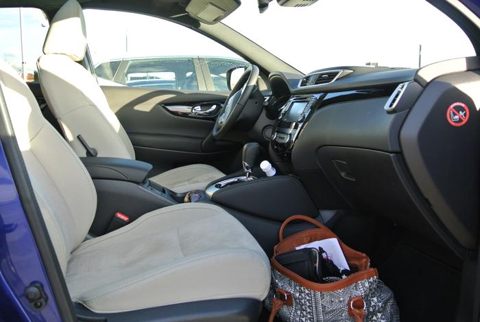 NissanQashqai_femmefrontaal_interieur