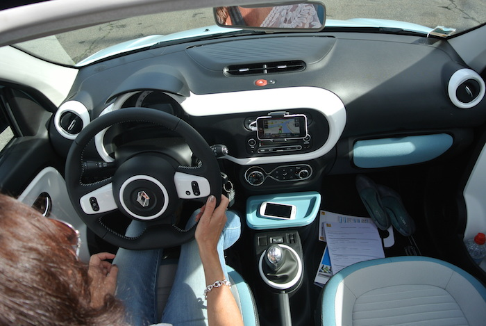 Renault Twingo_femmefrontaal_rijdend