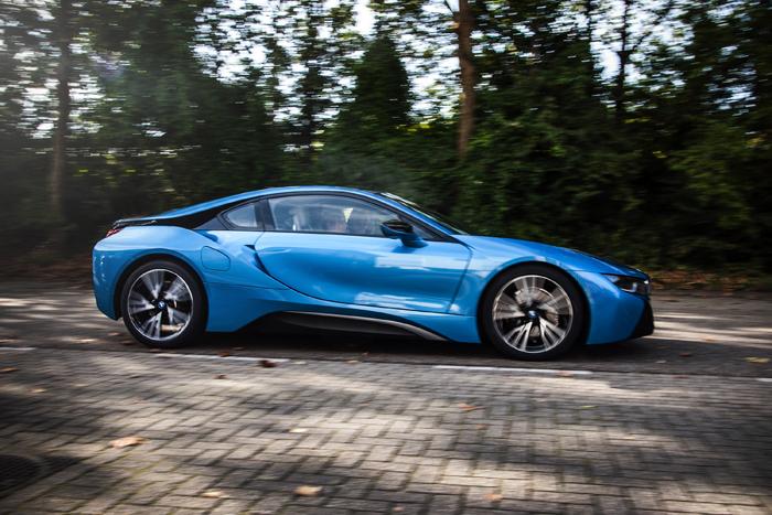 BMW i8_rijdend_femmefrontaal