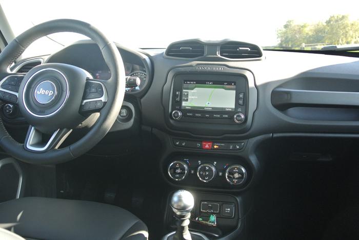 JeepRenegade_femmefrontaal_interieur