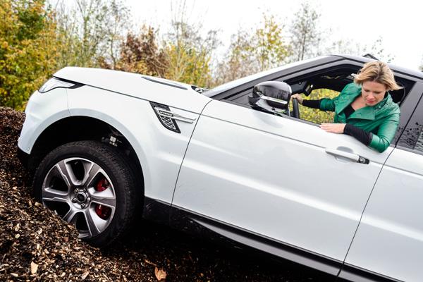 Femme-Frontaal-Range-Rover-Sport-Hybrid_heuvel